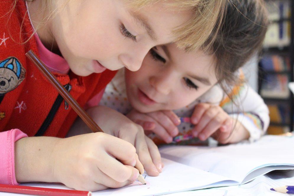 zeichnende Kinder