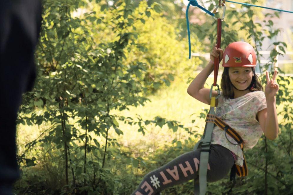 Eine Schülerin beim Ziplining.