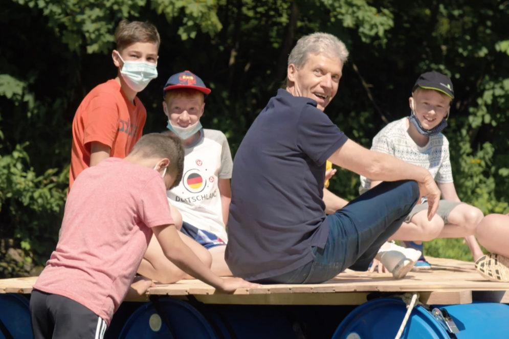 Bildungsminister Holter mit Kindern während eines Sommerferienkurses 2020.