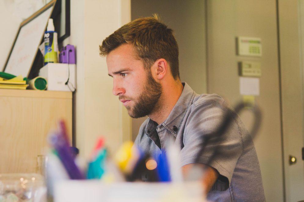Lehrer konzentriert am Schreibtisch